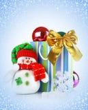 Fondo azul de la Navidad con el regalo de día de fiesta imagenes de archivo