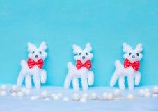 Fondo azul de la Navidad con el reno en nieve Fotos de archivo libres de regalías
