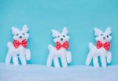 Fondo azul de la Navidad con el reno en la nieve para la tarjeta del día de fiesta Imagen de archivo libre de regalías