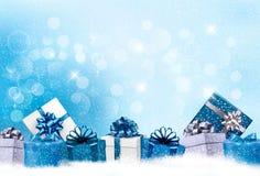 Fondo azul de la Navidad con las cajas de regalo Fotos de archivo libres de regalías
