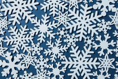 Fondo azul de la Navidad con los copos de nieve Fotografía de archivo libre de regalías