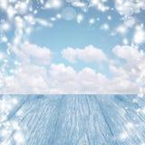 Fondo azul de la nieve con la tabla Un cielo brillante del invierno Navidad Fotos de archivo libres de regalías