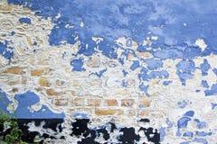 Fondo azul de la pared de ladrillo de la peladura de la pintura fotografía de archivo