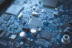 Fondo azul de la tecnología de la base de la CPU del circuito de microprocesador del tablero del ordenador fotos de archivo