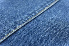 Fondo azul de la textura de la mezclilla con capa del hilo de la decoración de la costura fotos de archivo