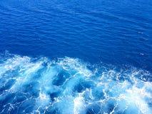 Fondo azul de las ondas del mar Mediterráneo imagenes de archivo