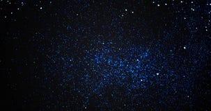 Fondo azul de las párticulas de polvo de la explosión del brillo de la chispa de la pendiente de la Navidad con el movimiento el  ilustración del vector