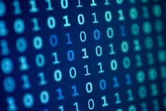 Fondo azul de los pedazos del ordenador de los bits de datos del monitor de la pantalla imagenes de archivo