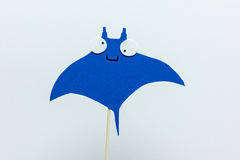 Fondo azul del blanco del palo de la espuma de Eva Imágenes de archivo libres de regalías