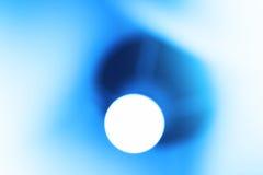 Fondo azul del bokeh de la lámpara que brilla intensamente Foto de archivo libre de regalías