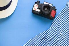 Fondo azul del concepto del viaje con esencial de la playa Fotografía de archivo