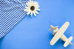 Fondo azul del concepto del viaje con esencial de la playa Imagen de archivo