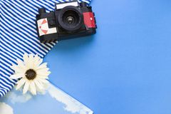 Fondo azul del concepto del viaje con esencial de la playa Fotografía de archivo libre de regalías
