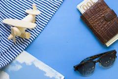 Fondo azul del concepto del viaje con esencial de la playa Foto de archivo libre de regalías