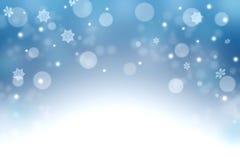 Fondo azul del invierno con los copos de nieve y el bokeh La Navidad cerca Fotografía de archivo