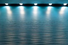 Fondo azul del metal con las luces en el top Fotos de archivo