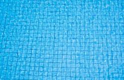 Fondo azul del mosaico del agua de la piscina en el día soleado fotografía de archivo