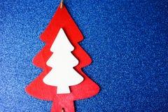 Fondo azul hermoso feliz del brillo del brillo del Año Nuevo del invierno festivo de la Navidad con un árbol de navidad hecho en  foto de archivo