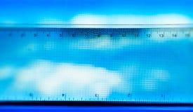 Fondo azul horizontal de la escala de la medida de la regla imagenes de archivo