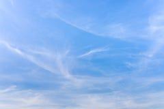 Fondo azul nebuloso del cielo del verano Imagenes de archivo
