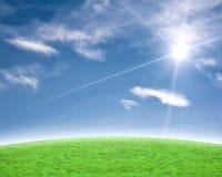 Fondo azul y verde hermoso con la flama del sol fotografía de archivo
