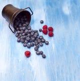 Fondo - bacche, Blackberry, mirtilli sulla tavola blu Fotografia Stock Libera da Diritti