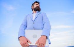 Fondo barbudo del cielo azul del ordenador portátil del control del encargado del inconformista del hombre Empresario moderno del imagenes de archivo