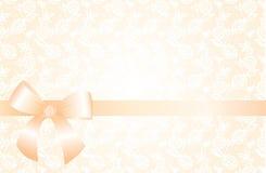 Fondo beige delicato con il modello floreale del pizzo e un arco Fotografie Stock