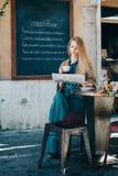 Fondo bevente della lavagna del caffè della giovane donna del ristorante Immagini Stock