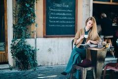 Fondo bevente della lavagna del caffè della giovane donna della tavola del ristorante Fotografie Stock