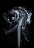 Fondo bianco astratto del fumo sul nero Immagini Stock