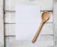 Fondo bianco in bianco del modello della carta del menu e cucchiaio di legno sopra Fotografie Stock