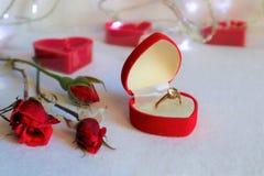 Fondo bianco con i regali e le candele Il concetto di Valentine Day fotografie stock libere da diritti