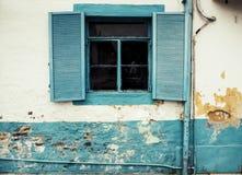 Fondo bianco d'annata misero del muro di cemento della piantagione Louvered dell'interno naturale d'annata di legno fotografia stock