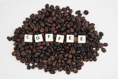 Fondo bianco dei chicchi del testo E di caffè del cubo del CAFFÈ Fotografia Stock