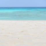 Fondo bianco del mare e della spiaggia di sabbia fotografia stock