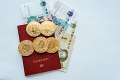 Fondo bianco del passaporto rosso con valuta cinese di yuan, bitcoin delle monete di oro Fotografia Stock