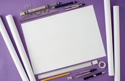 Fondo in bianco della scrivania con lo spazio della copia per il vostro testo Vista superiore Immagini Stock Libere da Diritti