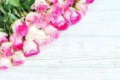 Fondo bianco di legno con i fiori rosa Posto per il inscrip Fotografia Stock