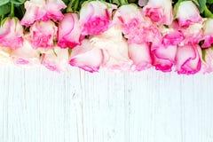 Fondo bianco di legno con i fiori rosa Posto per testo Conce Fotografie Stock