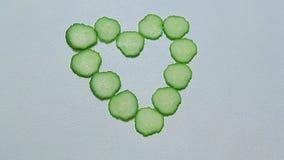 Fondo bianco di simbolo del cuore del cetriolo nessuno archivi video