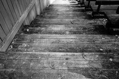 Fondo in bianco e nero all'aperto delle scale di legno Immagini Stock