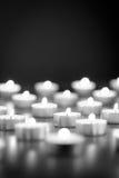 Fondo in bianco e nero delle candele brucianti Immagine Stock