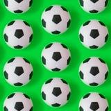 Fondo in bianco e nero di molti palloni da calcio Palle di calcio in un'acqua royalty illustrazione gratis