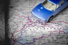 Fondo in bianco e nero Europa centrale dell'automobile blu del giocattolo della mappa della Slovacchia Immagine Stock