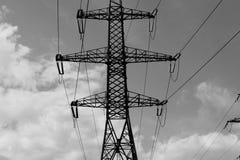 Fondo in bianco e nero industriale della torre ad alta tensione Immagini Stock Libere da Diritti