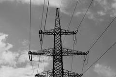 Fondo in bianco e nero industriale della torre ad alta tensione Fotografia Stock Libera da Diritti