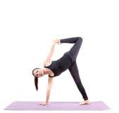 Fondo bianco isolato esercizio asiatico di yoga della giovane donna immagini stock libere da diritti