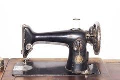 Fondo bianco isolato Sewing Machine d'annata di Cantante Immagine Stock Libera da Diritti