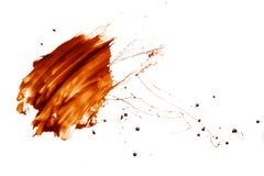 Fondo bianco liquido di goccia della spruzzata del cioccolato fotografia stock libera da diritti